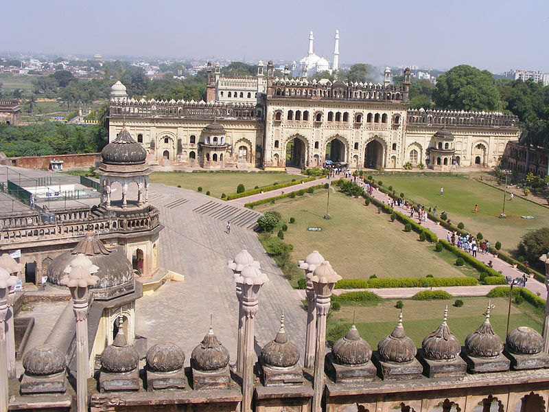 800px-A_bird's_eye_view_of_the_bara_imambara_premises_,_lucknow